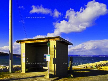 海を望む停留所の写真素材 [FYI00185919]