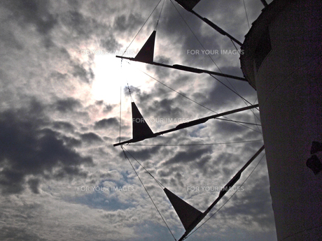 見上げる風車の素材 [FYI00185920]