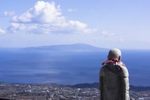 大室山から見た伊豆大島と地蔵の写真素材 [FYI00186026]