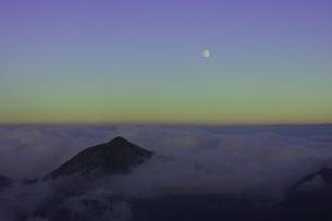 宵闇の空に懸かる月の素材 [FYI00186072]