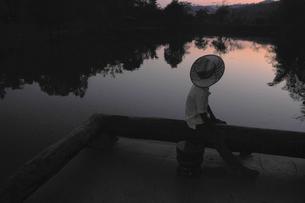 夕凪に黄昏るタイの少年の写真素材 [FYI00186092]