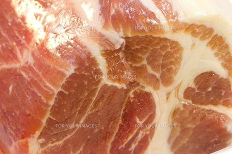 豚ロースブロック肉のアップの写真素材 [FYI00186113]