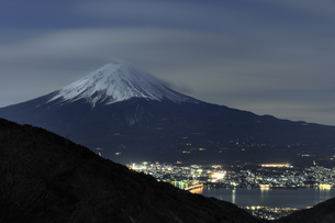 富士山 雪化粧の夜景の写真素材 [FYI00186275]