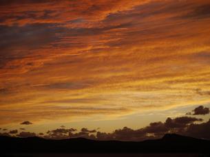 夕焼け雲と稜線の写真素材 [FYI00186423]