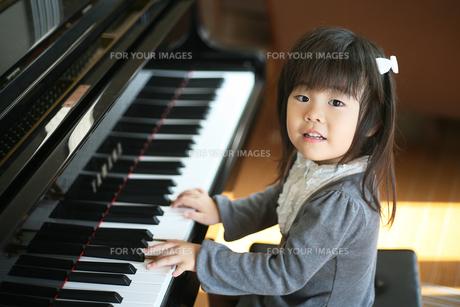 ピアノを弾く女の子の写真素材 [FYI00186424]