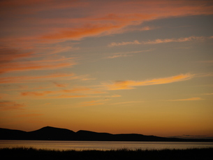 夕焼け雲と稜線の写真素材 [FYI00186431]