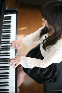 ピアノを弾く女性の写真素材 [FYI00186435]