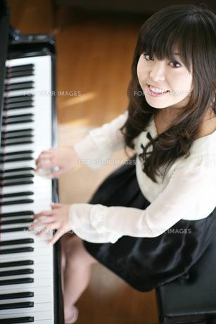 ピアノを弾く女性の写真素材 [FYI00186436]