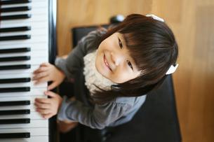 ピアノを弾く女の子の写真素材 [FYI00186438]