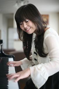 ピアノを弾く女性の写真素材 [FYI00186439]