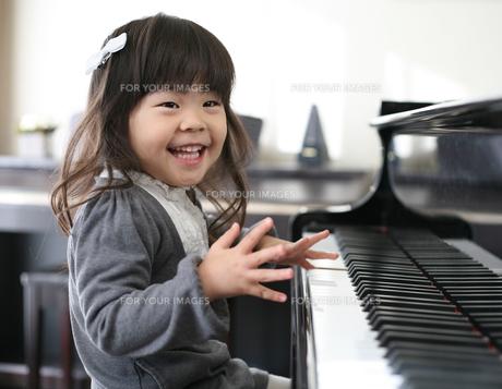 ピアノを弾く女の子の写真素材 [FYI00186440]