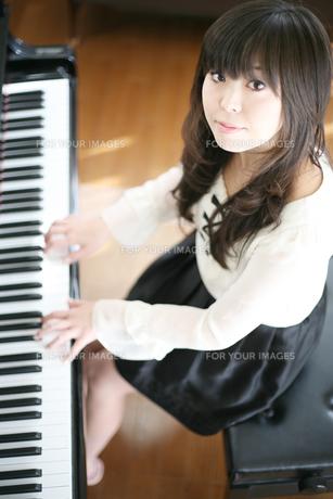 ピアノを弾く女性の写真素材 [FYI00186441]