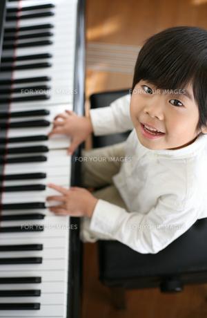 ピアノを弾く男の子の写真素材 [FYI00186446]