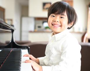 ピアノを弾く男の子の写真素材 [FYI00186450]