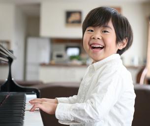 ピアノを弾く男の子の写真素材 [FYI00186451]