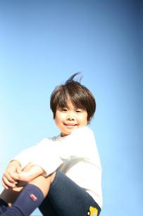 青空と男の子の写真素材 [FYI00186452]