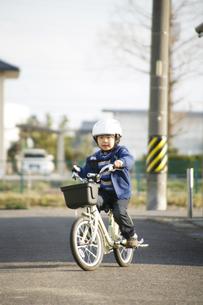男の子と自転車の写真素材 [FYI00186462]