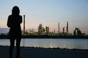 四日市の工業地帯と女性の写真素材 [FYI00186474]