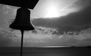 夕日と海と鐘の写真素材 [FYI00186476]