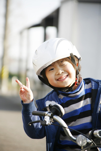 男の子と自転車の写真素材 [FYI00186488]