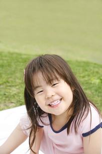 笑顔の女の子の写真素材 [FYI00186490]