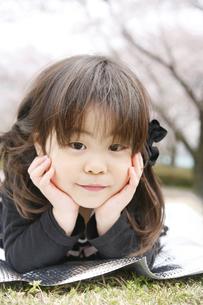 女の子とピクニックの写真素材 [FYI00186491]
