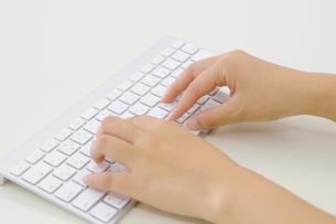 キーボードを操作する手の写真素材 [FYI00186493]