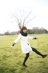 公園を散歩する女性の写真素材 [FYI00186501]