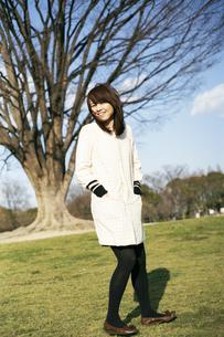 公園を散歩する女性の写真素材 [FYI00186502]