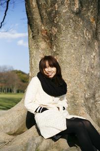 大木と女性の写真素材 [FYI00186503]