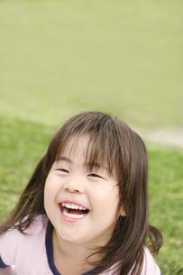 笑顔の女の子の写真素材 [FYI00186509]
