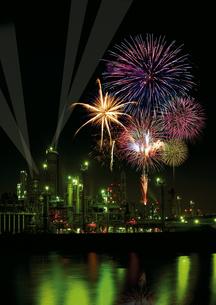 四日市の工業地帯と花火の写真素材 [FYI00186520]