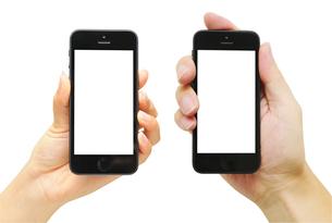 スマートフォンを持つ男女の写真素材 [FYI00186522]