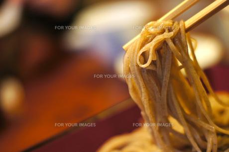 そばを食う風景の写真素材 [FYI00186541]