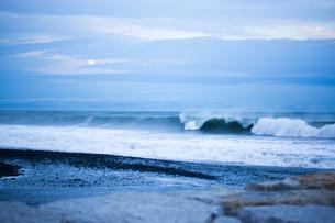 夕暮れの静波海岸の写真素材 [FYI00186547]