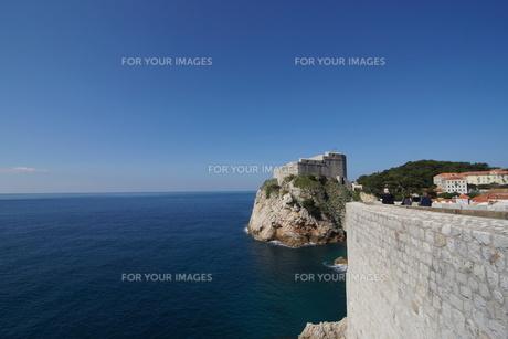 【世界遺産】クロアチア ドブロブニク 要塞と青い海の写真素材 [FYI00186562]