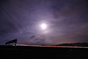 月明かりの下の帰路の写真素材 [FYI00186633]