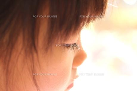 少女の横顔の写真素材 [FYI00186700]