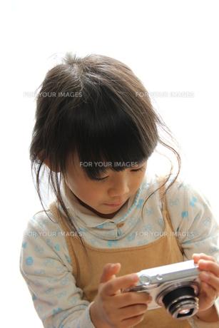 写真をとる少女の写真素材 [FYI00186716]