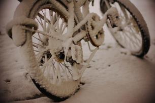 雪で真白になった自転車の素材 [FYI00186865]