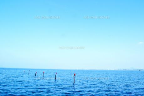 湖と空と赤旗の写真素材 [FYI00186894]