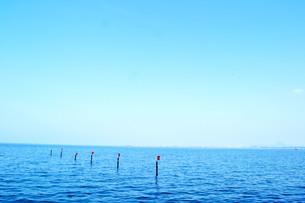 湖と空と赤旗の素材 [FYI00186894]
