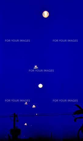 闇夜に浮かぶライトの素材 [FYI00186898]