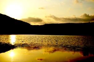 金色の湖の素材 [FYI00186909]