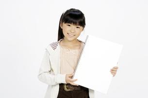 スケッチブックを持つ女の子の写真素材 [FYI00186935]