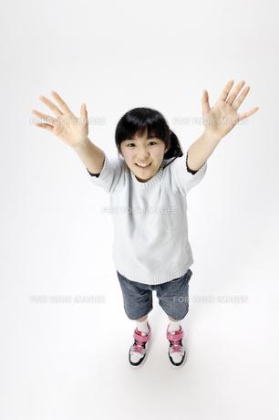 バンザイする女の子の写真素材 [FYI00186943]