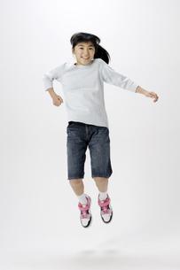 ジャンプする女の子の写真素材 [FYI00186956]