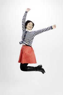ジャンプする女性の写真素材 [FYI00187006]