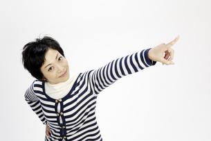 指差す女性の写真素材 [FYI00187010]