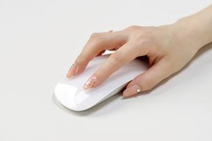 マウスを操作する手の写真素材 [FYI00187092]